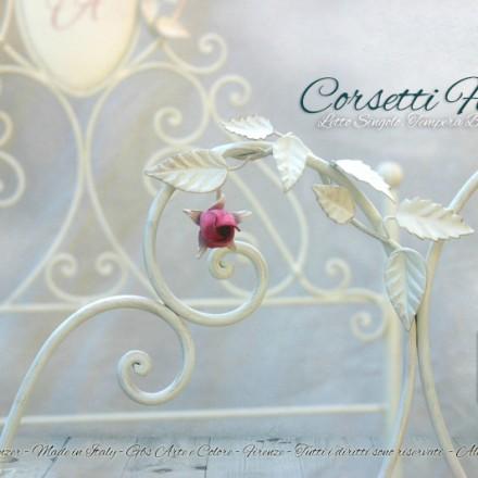Pediera del letto. Design: Corsetti. Tempera bianca. Camera romantica