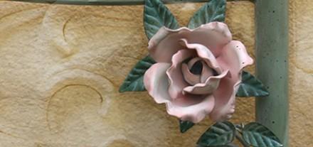 Letto Gilioli con Rosa. Tempera verde e rosa. Colori opachi. Camera romantica