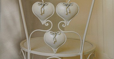 Sedia di Cuori di GBS. Ferro battuto e decorato a mano. Smalto bianco panna. Design: Renee Danzer