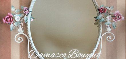 Damasco Bouquet. Camera romantica. Specchio ovale. con rose