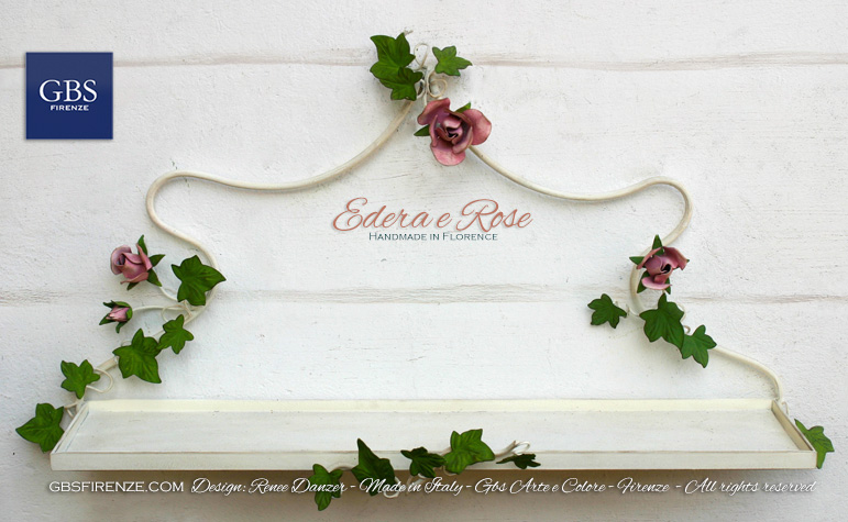 Bagno Country Chic. Mensola e struttura in tempera bianca, edera rampicante e rose con colori naturali
