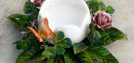 Centrotavola Farfalla e Bocci di Rosa. Portacandele. Design: Renee Danzer. Ferro battuto e decorato a mano. Il centrotavola può essere richiesto con altre combinazioni di colore.