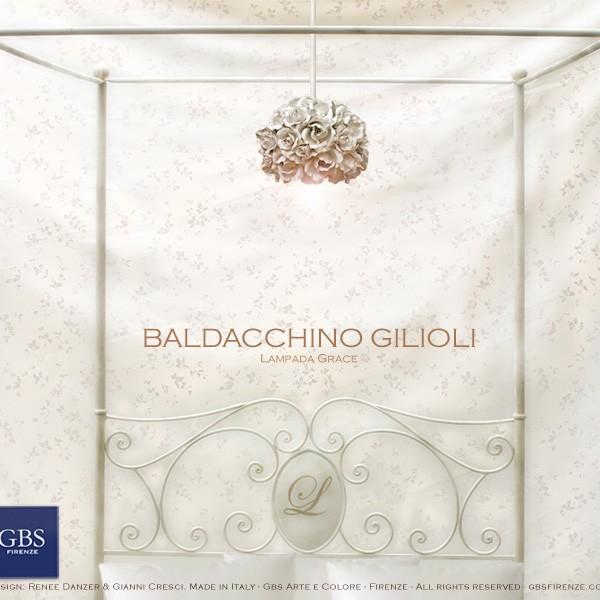 Letto Gilioli Bianco, con baldacchino e lampada sospensione Grace di Rose. Camera Romantica