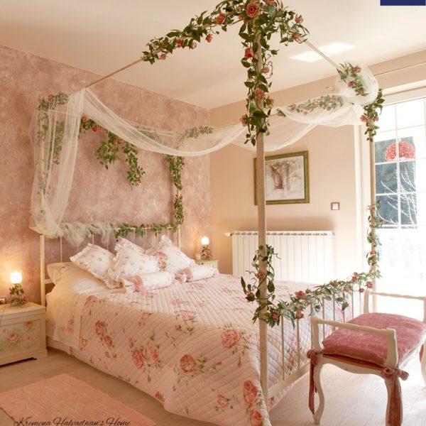 Letto Matrimoniale Romantico, King Size, con Baldacchino, Grande Cuore centrale con Cascata di Rose.