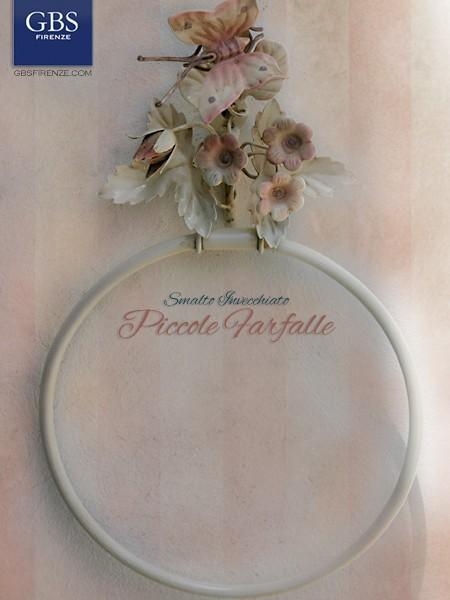 Country Bathroom. Bagno Piccole Farfalle. Portasciugamani da parete in ferro battuto, con anello rotondo.