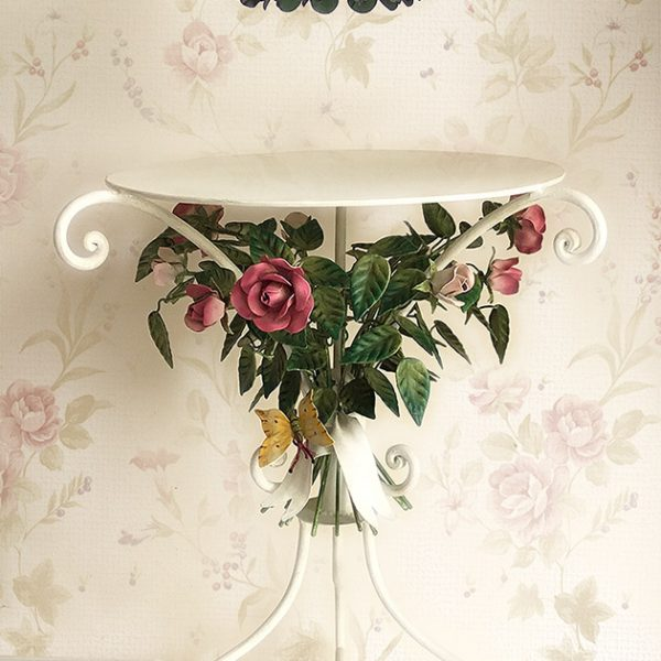 Tavolo portavoliera con Rose. Lampada Sospensione Bonbon Lamp. Design Gianni Cresci. GBS Made in Florence