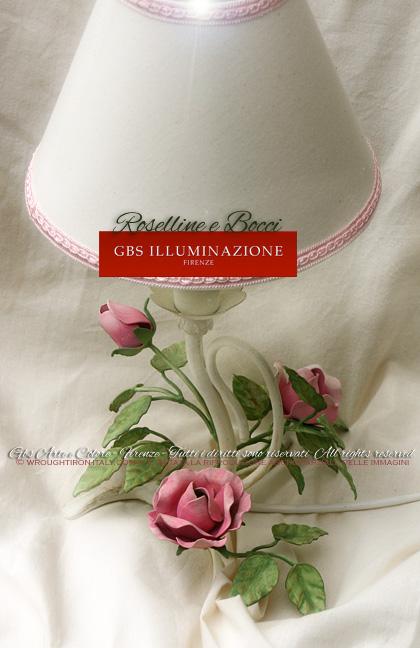 Piccolo abat-jour per comodino, in tempera cenciata. Lampada da tavolo in ferro battuto, per camera da letto in stile romantico.