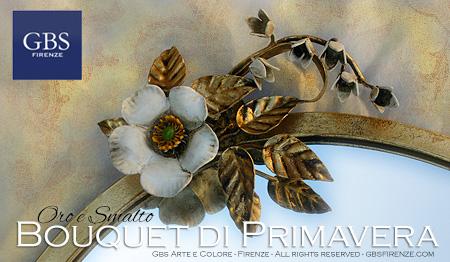 Dettaglio della specchiera: rose macchia e mughetti in oro e smalto patinato